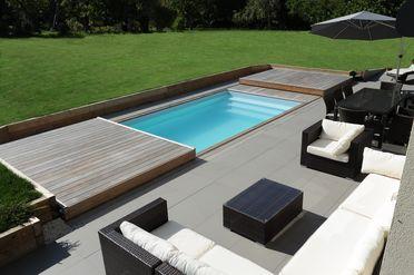 La terrasse mobile de piscine Rolling-Deck s'ouvre et se ferme en quelques instants.