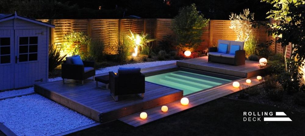 Une terrasse mobile de piscine et spa de nuit en deux parties