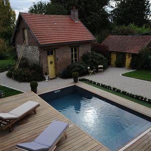 Une fois ouvert, le Rolling-Deck se fait complètement oublier en prenant son rôle de terrasse au bord de la piscine.