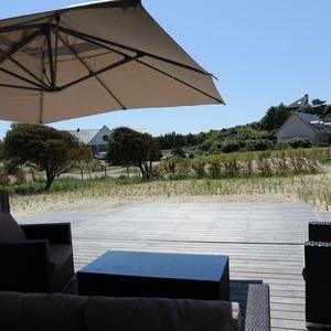 Depuis la maison, une fois sécurisé, le Rolling-Deck est totalement intégré à la terrasse et protège la piscine des caprices du climat local.