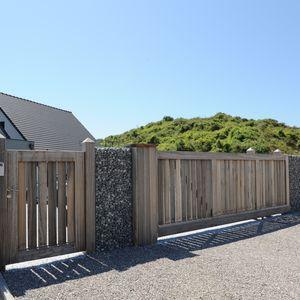 En arrivant devant la maison le ton est donné : des matériaux à la fois simples et nobles, esthétiques et respectueux de l'environnement jusque dans la clôture et le portail.