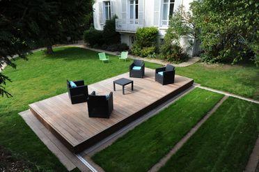 Une fois refermée, la terrasse coulissante et son mobilier cachent avec élégance et à l'aide de matériaux haut-de-gamme et durable la piscine.
