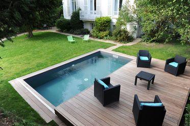 La terrasse coulissante accueille du mobilier d'extérieur contemporain.