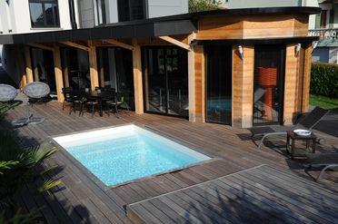 Le Rolling-Deck est une terrasse mobile qui se manipule simplement et permet de sécuriser votre piscine avec esthétisme et discrétion.