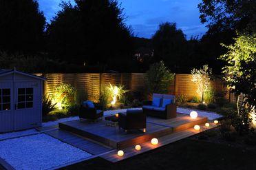 Une terrasse mobile de piscine qui sécurise le plan d'eau et permet de récupérer l'espace une fois la nuit venue.