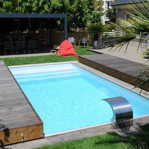 Une grande terrasse mobile en 2 modules vient recouvrir esthétiquement cette piscine.