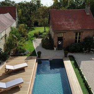 La terrasse mobile de la piscine est ouverte pour permettre baignade et jeux d'eau ou farniente au bord du bassin.