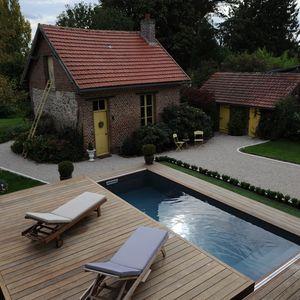 En douceur et sous le ciel capricieux de l'Oise la piscine se révèle comme par magie.