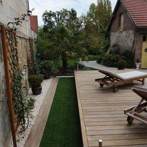 Le mélange de l'ipé, des graviers blancs et de l'herbe synthétique est à la fois harmonieux et malin car sans entretien !